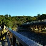 付け替え中の内宮宇治橋左は仮橋