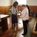 Magdalena empfängt die Auszeichnung von Anita Tenhagen