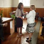 Lotte empfängt die Auszeichnung von Anita Tenhagen