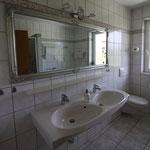 Bad mit Doppelwaschbecken und WC