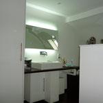 Badezimmer in Düsseldorf. Die Schreinerei Michels hat den Waschtisch hergestellt