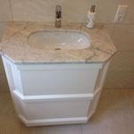 Weißer Waschtisch mit Marmorplatte produziert und geliefert von der Schreinerei Michels