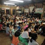 8月24日。フェスティバル。発表に一生懸命見入っている子どもたちです。