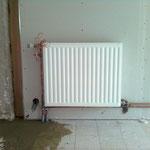 Pose d'un radiateur avec canalisations engravées