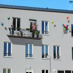 Haus mit Balkon angemalt , der Balkon ist nicht echt