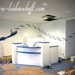 graffiti im Eingangsbereich einer Praxis für zahnmedizin