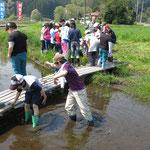 泥の中は、長靴が抜けなくて歩くのがたいへん。でも楽しい経験ですよね!