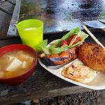 朝食は、スープとホットドッグ、目玉焼き、コロッケ。自分の好みで料理しました。