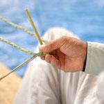 ベースとなる縄に、わらを絡めて編み出します。