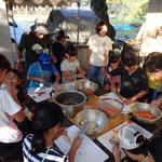 夕食のカレーの準備。カレー作り、かまどで火燃やし、ご飯炊きなど担当に分かれて作業。