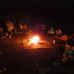 焚き火を囲んで楽しく夕食。