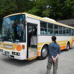 いつもの黄色いバスより一回り大きいバスです。