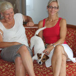 Katja Müller und Bettina Heider mit Dina, im Hotel