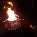 Feuerstelle Trommel Stockbrot bei Nacht