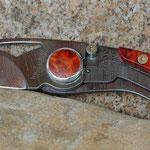 VIPER SLIM AMBOINA 364 Lagen Twist Damaststahl, HRC 58-59,  mit einer glänzenden, bläulich irisierenden Titanbeschichtung versehen.