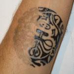 Comme vous pouvez le voir,le tatouage est en transparence et il va apparaitre au bout de 24 heures pour une tenue de 2 semaines selon le ph de la personne. Pour plus de renseignements: 06.07.26.02.75 ou www.hollywood-tattoo.com