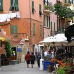 モンテロッソ・アル・マーレのメインストリート via Trip Advisor