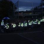 Dank der reflektierenden Sicherheitswesten werden die Kinder im Dunkeln gesehen!