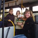 Blumengruß und Dank an Busfahrerin Heike Lenz