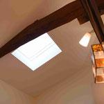 キッチンには天窓を設けているので、昼間でも明るい部屋になっています。
