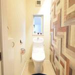 トイレ。左壁に埋め込み式の収納設置済み。