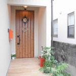玄関もおしゃれにリノベ。床タイルは木目調のタイルを使用しています。