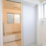 浴室入口。引戸を採用