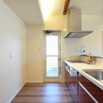 キッチン全体。食器棚も150cm幅のがすっぽり入ります。
