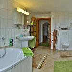 großes Badezimmer mit Fußbodenheizung und Seeblick