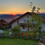 Blick hinters Haus mit Garten und Terrasse