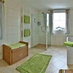 Badezimmer mit Duschkabine,Badewanne,Waschplatz,WC
