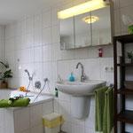 Bad mit Waschplatz und Spiegelschrank