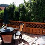neue Terrasse mit Sonnenliegen,Gartenmöbel und Grill