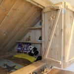 bedstede van steigerhout met boekenplanken