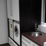 Keukenblok en ombouw wasmachine en droger in een bijkeuken