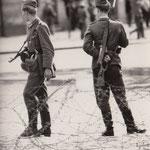 13. August 1961, 07:00 Uhr. Schwedter- Ecke Bernauer Strasse. Stacheldraht ist gezogen worden und bewaffnete Volksarmisten bewachen die Sektorengrenze