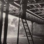 20. Sptember 1961. Wenn der westberliner Polizeiposten im Gleimtunnel (Wedding) über die Mauer sehen will, muss er auf die Leiter steigen.