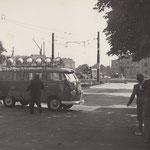 27. September 1961. Lautsprecherkrieg am Übergang Sonnenallee. Von Ost und West werden Lautsprecherwagen eingesetzt.