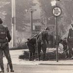 13. August 1961. Volksarmisten beim Errichten von Stacheldrahtsperren am Potsdamer Platz.