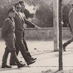 Der Chefkommentator des Sowjetnationalen Deuschlandsenders, Karl Eduard von Schnitzler, besichtigt die Absperrungsmassnahmen der Volkspolizei am Brandenburger Tor,