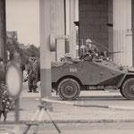 14. August 1961, 14:30 Uhr, Brandenburger Tor. Schützenpanzerwagen und Volksarmee sind aufmarschiert um die Sektorengrenze abzuriegeln.