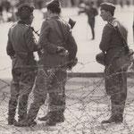 13. August 1961, 09:00 Uhr. Im Norden von Berlin, Bernauer- Ecke Schwedter Strasse hat sich Volkspolizei postiert