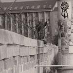 29. September 1961. Entlang der Betonmauern durch die Berliner Innenstadt, werden besonders strake Spezielleisten zur Verankerung des Stacheldrahtes auf der Mauer angebracht.