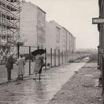 17. August 1961. Ein Ostberliner Schumacher, dessen Werkstatt im Westsektor liegt bittet eine Frau, ihm etwas aus seinem Laden zu holen.
