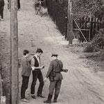 27. September 1961. Jeder Ostberliner, der sich dem Stacheldrahtzaun nähert, wird kontrolliert und zurückgewiesen. Lauebenkolonie zwischen der Kopenhagener Strasse und Klemke Strasse in Reinickendorf.