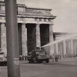 14. August 1961. Westberliner und ausländische Presseleute, sowie jeder Andere, der sich dem Brandenburger Tor nähern will, wird von Wasserwerfern der Ostberliner VoPo bespritzt.