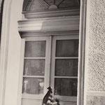 23. September 1961. Bernauer Str. 1. Diese Blumen mit Trauerschleife legte eine Frau für ihren 46 jährigen Ehemann nieder. Sie hatten in diesem Haus gewohnt und bei einem Sprung, am 19. August aus dem Fenster, in die Freiheit erlag er seinen Verletzungen.