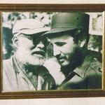 """Bild von Ernest Hemingway und Fidel Castro in einer Bar """"Floridita""""/Havanna"""