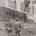 26. September 1961. Nachdem VoPos auf Westberliner Gebiet vorgedrungen waren, patroullieren Schupos am Stacheldrahtzaun der Laubenkolonie Reinickendorf-Schönholz