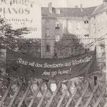 27. September 1961. An der Sektorengrenze in Neukölln wurden Spruchbänder mit östlichen Parolen angebracht.